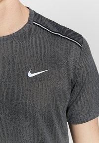 Nike Performance - DRY MILER - T-shirt print - black/iron grey - 6