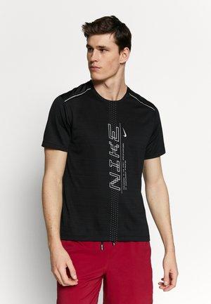 DRY MILER - T-shirt imprimé - black/grey fog