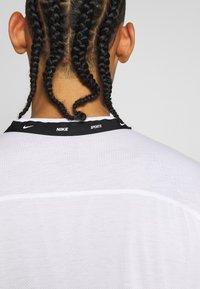 Nike Performance - T-shirt imprimé - white/black - 4