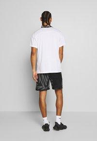 Nike Performance - T-shirt imprimé - white/black - 2