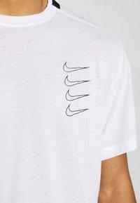 Nike Performance - T-shirt imprimé - white/black - 6
