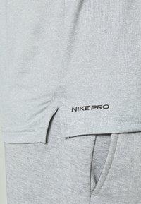 Nike Performance - DRY - T-shirts - smoke grey/light smoke grey/heather/black - 5