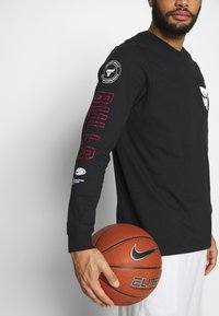 Nike Performance - NBA CHICAGO BULLS LONG SLEEVE - Artykuły klubowe - black - 4