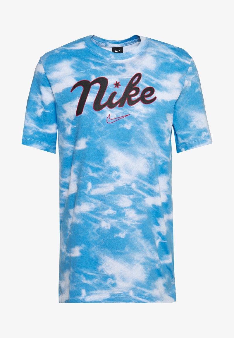 Nike Performance - CITY EXPLORATION EDITION DNA TEE CHICAGO - Camiseta estampada - white/psychic blue/sail