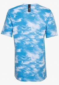 Nike Performance - CITY EXPLORATION EDITION DNA TEE CHICAGO - Camiseta estampada - white/psychic blue/sail - 1