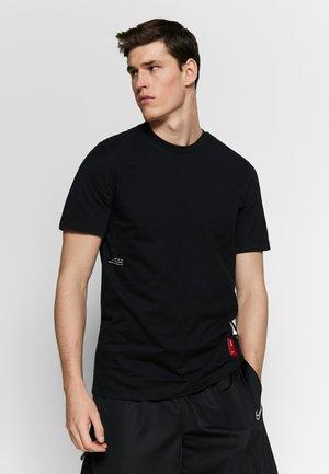 KYRIE IRVING DRY TEE - T-shirt z nadrukiem - black