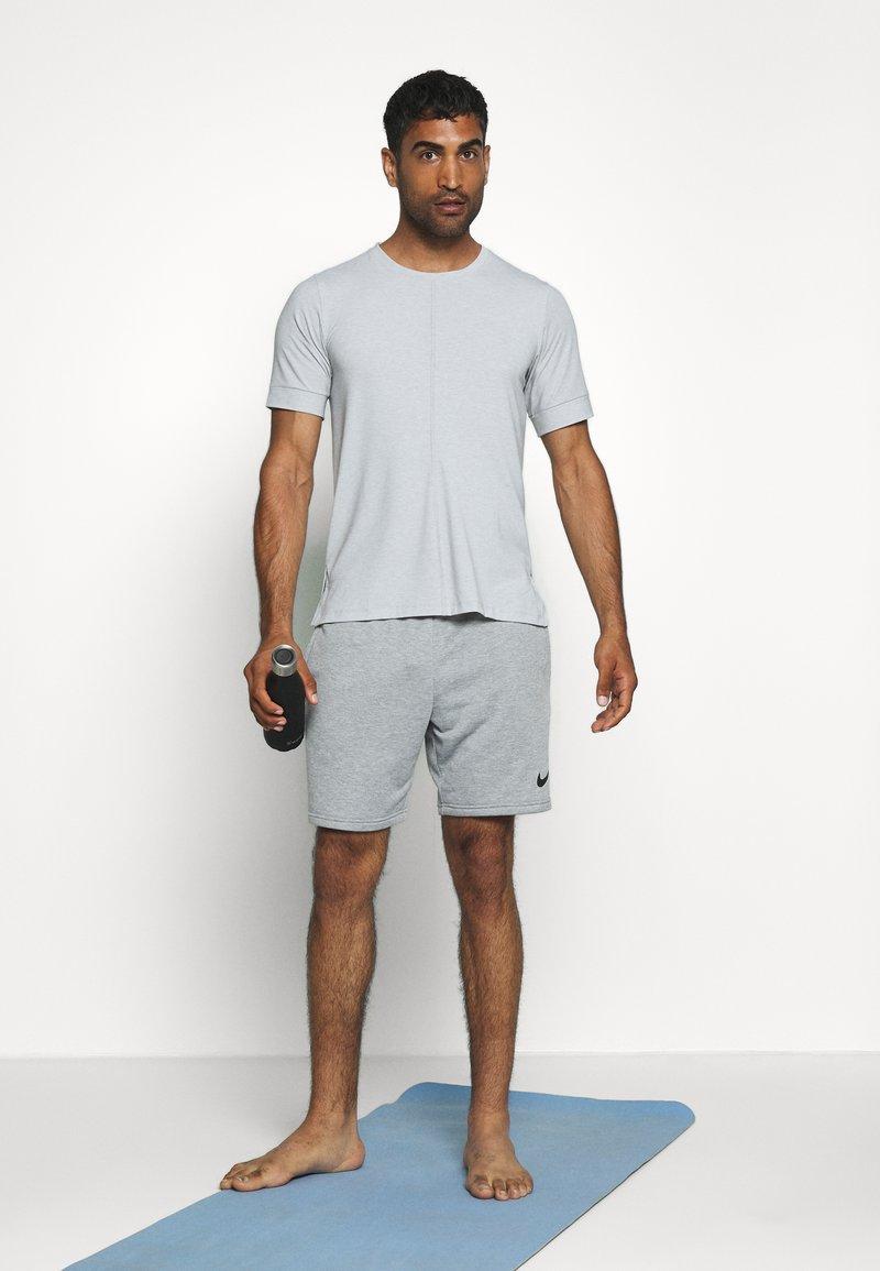 Nike Performance DRY YOGA - T-shirt basic - light smoke grey/black MCI1j7 per la promozione