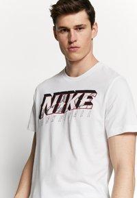 Nike Performance - DRY MARBLE TEE - Triko spotiskem - white - 3
