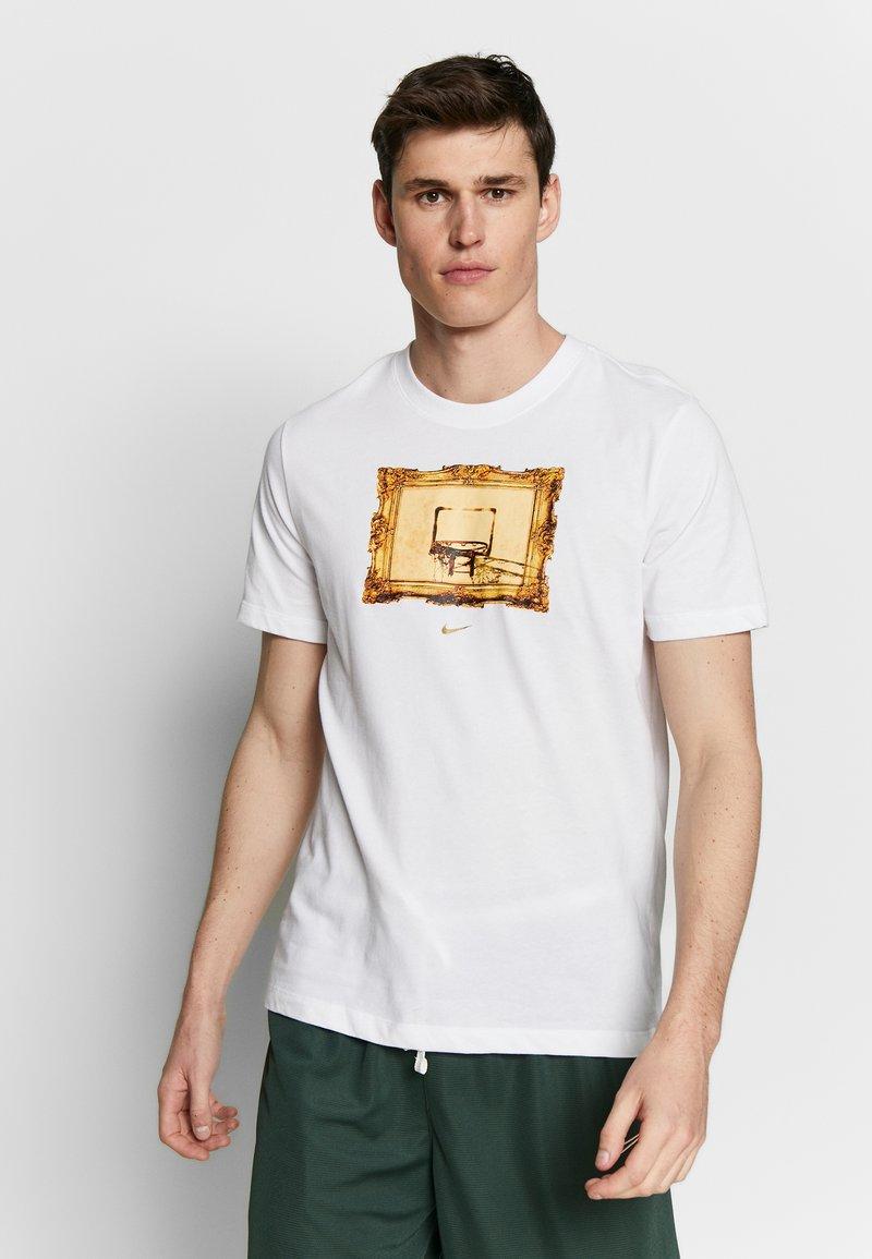 Nike Performance - DRY TEE CORE BBALL - Camiseta estampada - white