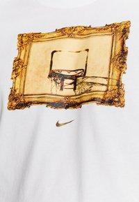 Nike Performance - DRY TEE CORE BBALL - Camiseta estampada - white - 5