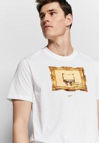 Nike Performance - DRY TEE CORE BBALL - Camiseta estampada - white - 3