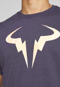 Nike Performance - RAFAEL NADAL DRY TEE - Camiseta estampada - grid iron - 4