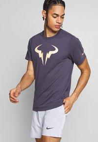 Nike Performance - RAFAEL NADAL DRY TEE - Camiseta estampada - grid iron - 0