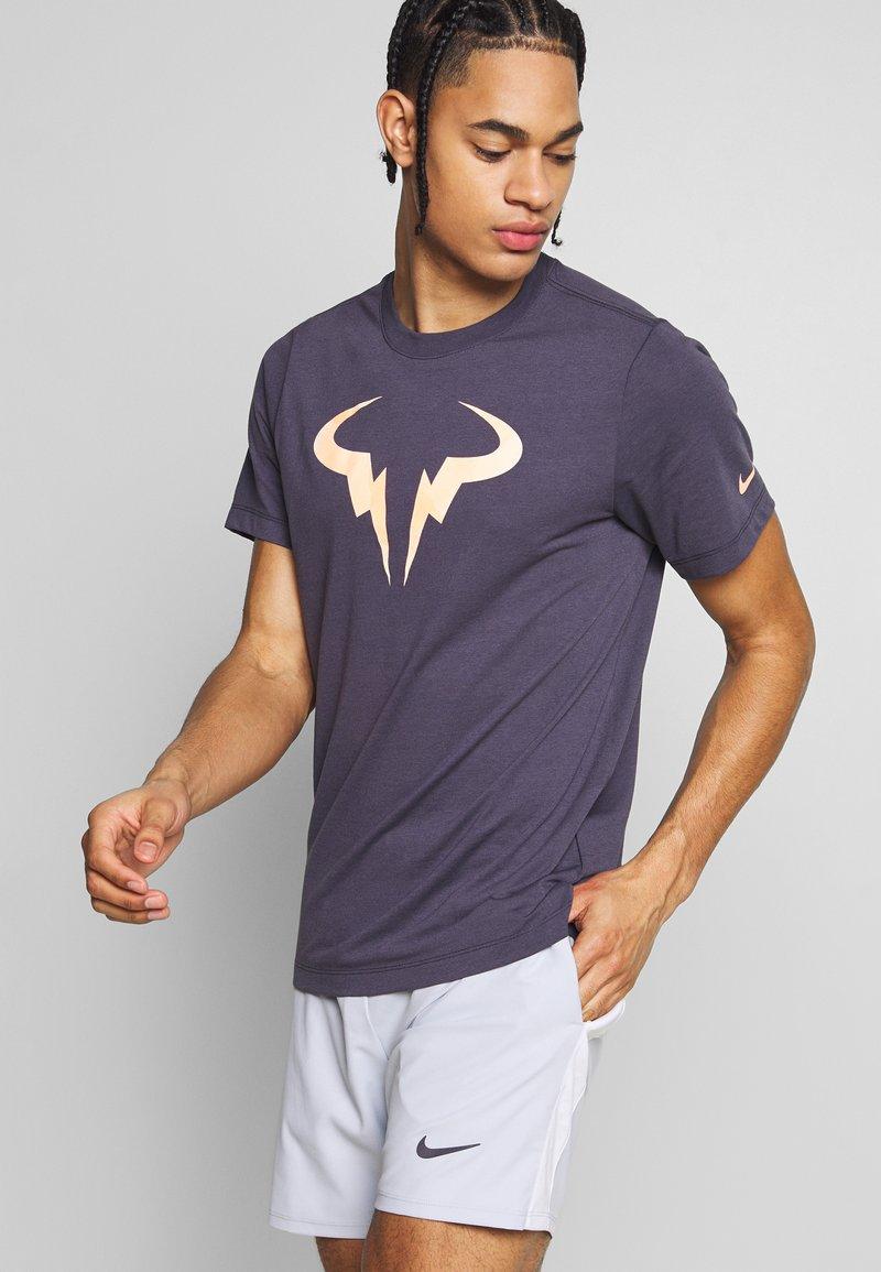 Nike Performance - RAFAEL NADAL DRY TEE - Camiseta estampada - grid iron