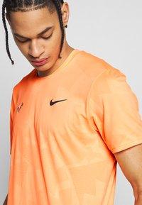 Nike Performance - RAFAEL NADAL  - Triko spotiskem - orange pulse/gridiron - 4