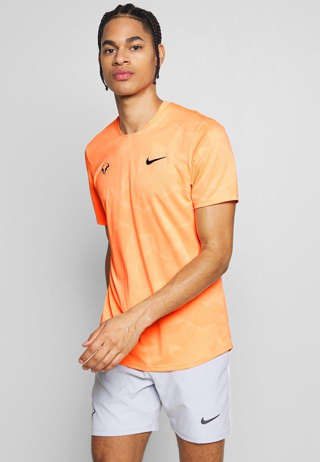 RAFAEL NADAL  - T-shirt med print - orange pulse/gridiron