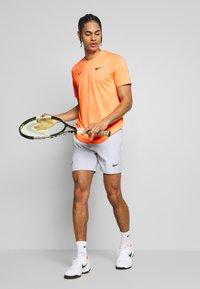Nike Performance - RAFAEL NADAL  - Triko spotiskem - orange pulse/gridiron - 1