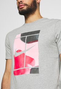 Nike Performance - TEE COURT  - T-shirts med print - dark grey heather - 4
