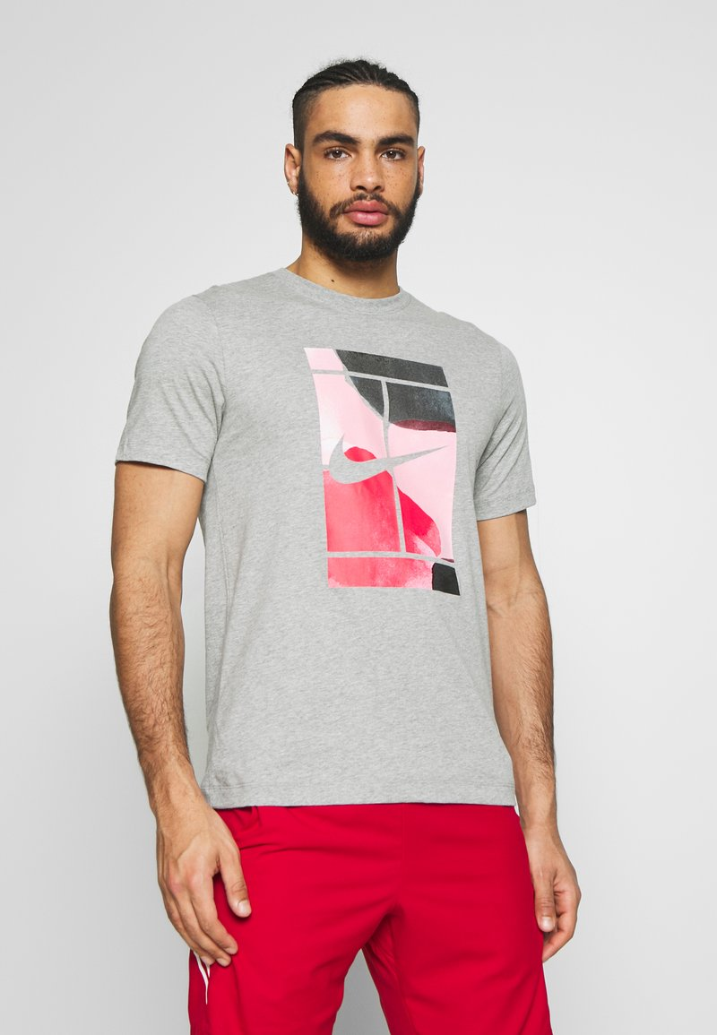 Nike Performance - TEE COURT  - T-shirts med print - dark grey heather
