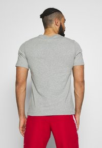 Nike Performance - TEE COURT  - T-shirts med print - dark grey heather - 2