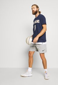 Nike Performance - NBA ZION WILLIAMSON NEW ORLEANS PELICANS NAME NUMBER TEE - Fanartikel - college navy - 1
