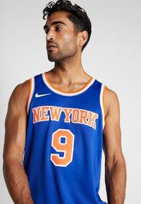 Nike Performance - NBA RJ BARRETT NEW YORK KNICKS SWINGMAN - Fanartikel - rush blue - 3