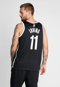 Nike Performance - NBA KYRIE IRVING BROOKLYN NETS SWINGMAN - Artykuły klubowe - black - 2