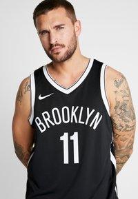 Nike Performance - NBA KYRIE IRVING BROOKLYN NETS SWINGMAN - Artykuły klubowe - black - 4