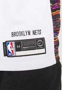 Nike Performance - NBA KYRIE IRVING BROOKLYN NETS CITY EDITION SWINGMAN - Artykuły klubowe - white - 4