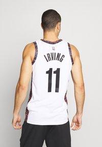 Nike Performance - NBA KYRIE IRVING BROOKLYN NETS CITY EDITION SWINGMAN - Artykuły klubowe - white - 2