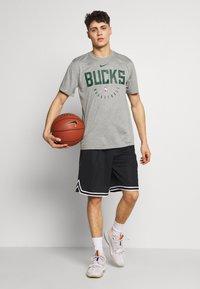 Nike Performance - NBA MILWAUKEE BUCKS DRY - Fanartikel - dark grey heather - 1