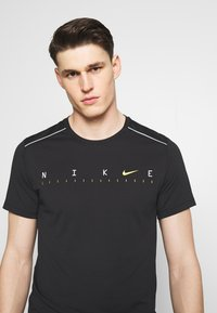 Nike Performance - DRY MILER - Print T-shirt - black/reflective silver - 3