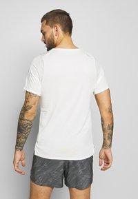 Nike Performance - RISE TRAIL - Camiseta estampada - sail/laser crimson - 2