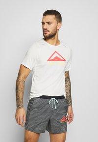 Nike Performance - RISE TRAIL - Camiseta estampada - sail/laser crimson - 0