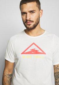 Nike Performance - RISE TRAIL - Camiseta estampada - sail/laser crimson - 3