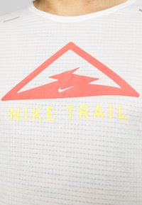 Nike Performance - RISE TRAIL - Camiseta estampada - sail/laser crimson - 5