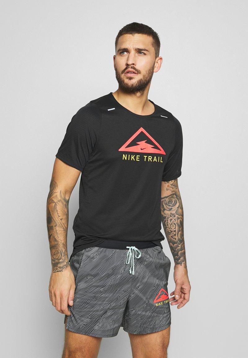 Nike Performance - RISE TRAIL - Camiseta estampada - black/laser crimson