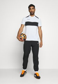 Nike Performance - DRY ACADEMY  - T-shirt z nadrukiem - white/black - 1