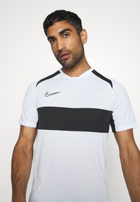 Nike Performance - DRY ACADEMY  - T-shirt z nadrukiem - white/black - 4