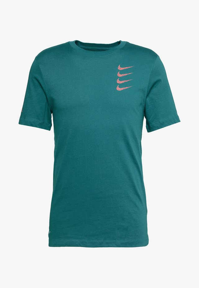 TEE PROJECT  - T-shirt print - bright spruce