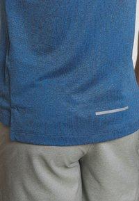 Nike Performance - MILER JAQUARD  - Camiseta de deporte - dark smoke grey/reflective silver - 5