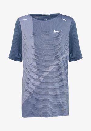 RISE HYBRID  - Print T-shirt - diffused blue/silver