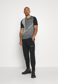 Nike Performance - RISE HYBRID  - Print T-shirt - black/grey fog/silver - 1