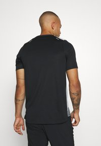 Nike Performance - RISE HYBRID  - Print T-shirt - black/grey fog/silver - 2