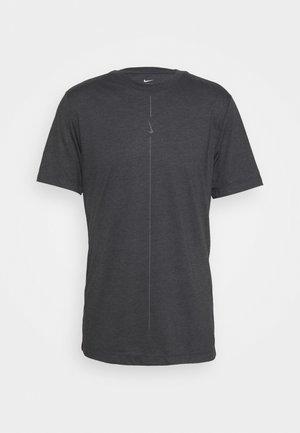 NIKE YOGA DRI-FIT HERREN-T-SHIRT - Camiseta básica - black/iron grey