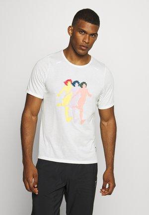 RISE TOP ART - Print T-shirt - sail/white