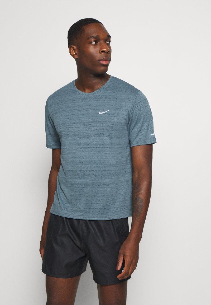 Nike Performance - MILER  - Camiseta estampada - ozone blue/silver