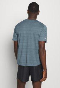 Nike Performance - MILER  - Camiseta estampada - ozone blue/silver - 2