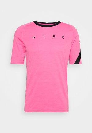 DRY ACADEMY TOP - Printtipaita - hyper pink/black/white