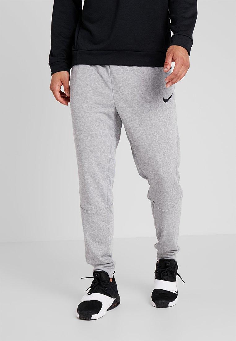Nike Performance - DRY TAPERED PANT - Pantalon de survêtement - grau